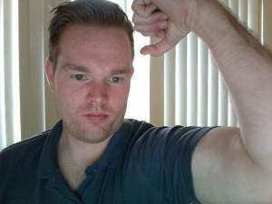 Tobias zeigt Muskeln
