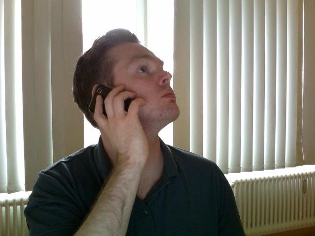 Tobias telefoniert