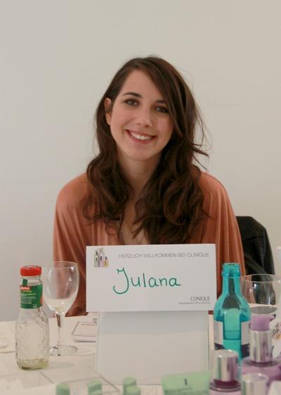 Julana mit Namensschildchen