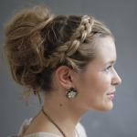 Beauty-Tutorial: Lockere Hochsteckfrisur mit geflochtenem Zopf