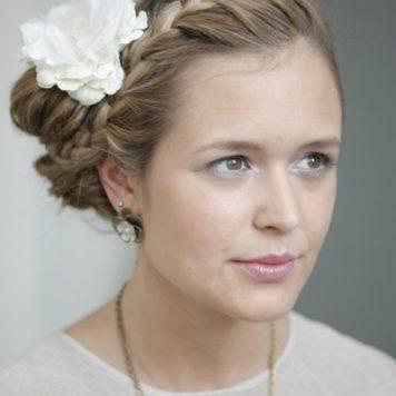 Beauty-Tutorial: Romantische Hochsteckfrisur mit Blume im Haar