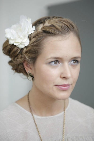 beauty tutorial romantische hochsteckfrisur mit blume im haar. Black Bedroom Furniture Sets. Home Design Ideas
