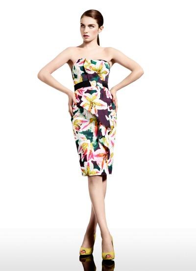 Tropische Prints, kräftige Farben und Plissees: Die Sommerkollektion 2012 von Karen Millen