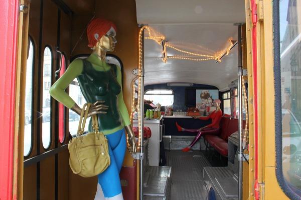 Ein George Gina & Lucy Bus auf der Maximilianstraße