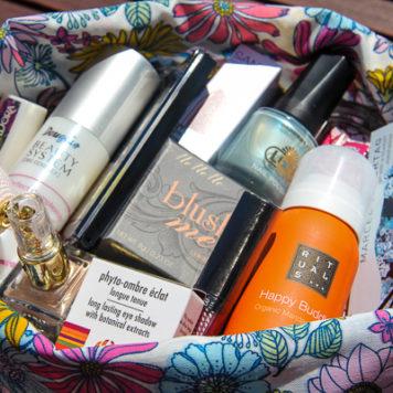 Gewinnt ein XXL-Beauty-Paket mit Produkten von MANHATTAN, Sisley, Rituals, Smashbox, IsaDora, Topshop und vielen mehr!