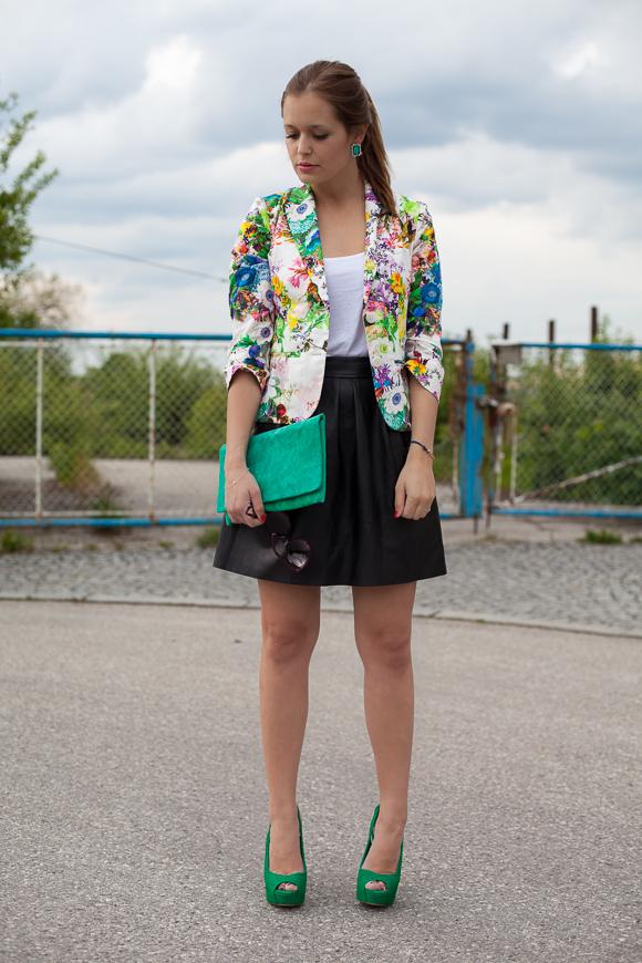 25 Kleidungsstücke - 50 Looks: Outfit 11 - Hallhuber Blumenblazer + Warehouse Tank Top + Hallhuber Kunstlederrock