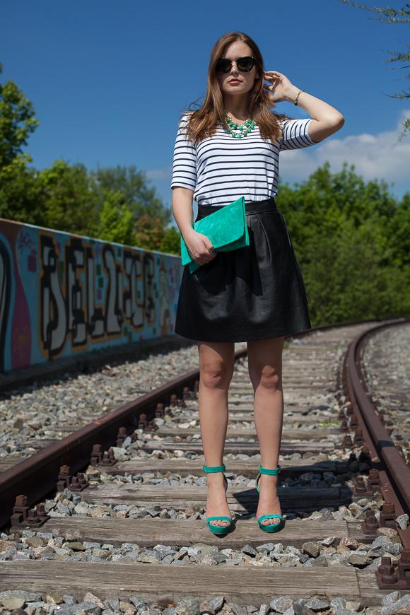 25 Kleidungsstücke - 50 Looks: Outfit 5 - Tom Tailor Streifenshirt + Hallhuber Kunstlederrock