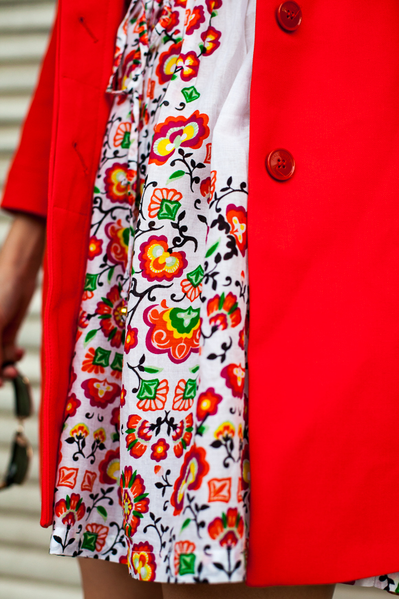 25 Kleidungsstücke - 50 Looks: Outfit 8 - Hallhuber Sommermantel + Oasis Blümchenkleid