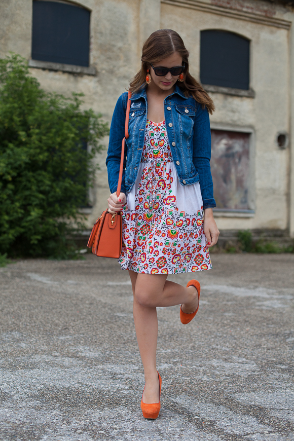 25 Kleidungsstücke - 50 Looks: Outfit 1 - Blümchenkleid von Oasis + Jeansjacke von Warehouse