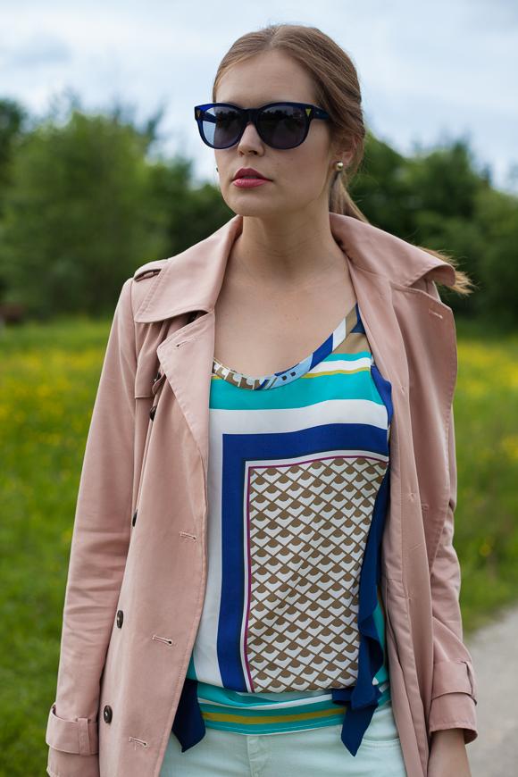 25 Kleidungsstücke - 50 Looks: Outfit 2 - Trenchcoat von mint & berry + Pastelljeans von Conleys Blue + Printbluse von Schumacher