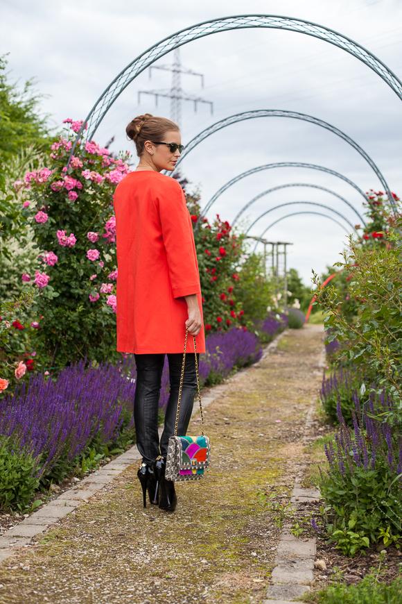 25 Kleidungsstücke – 50 Looks: Outfit 14 – Hallhuber Mantel + Asos Lederhose + Tom Tailor Top