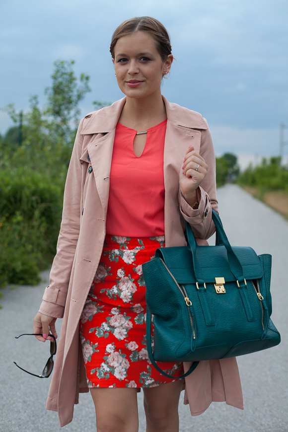 25 Kleidungsstücke - 50 Looks: Outfit 15 - mint&berry Trenchcoat + Oui Bluse + mint&berry Blumenrock