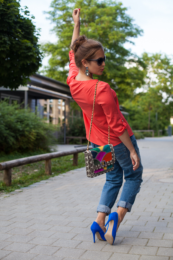 25 Kleidungsstücke – 50 Looks: Outfit 19: Asos Boyfriend-Jeans + Oui Bluse