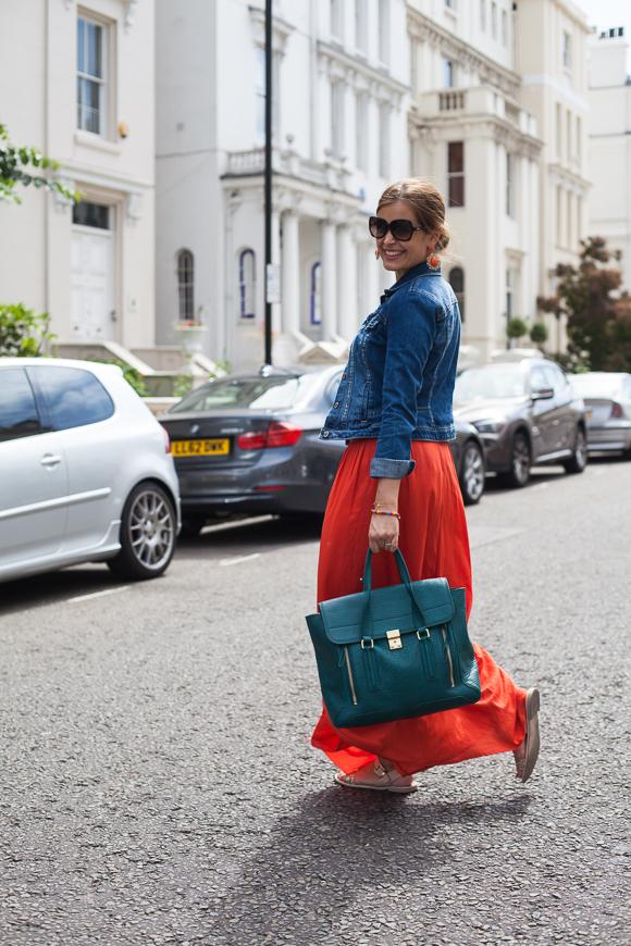 25 Kleidungsstücke – 50 Looks: Outfit 16 – Warehouse Jeansjacke + C&A Maxirock + Warehouse Tank Top