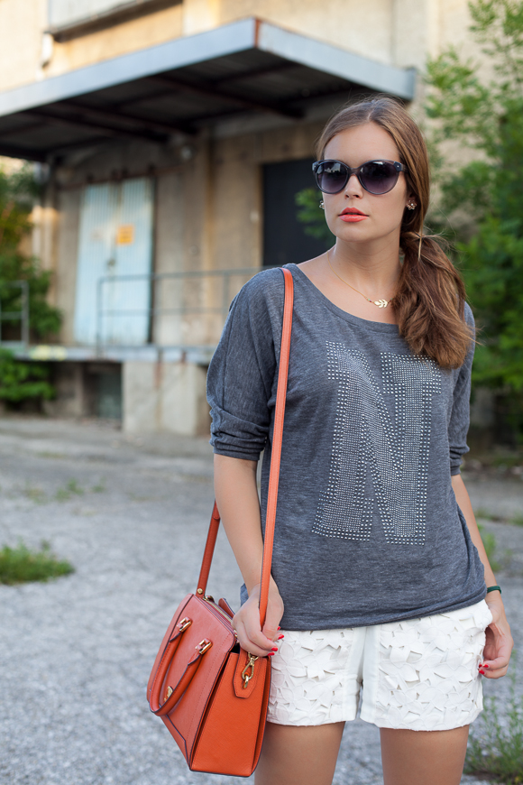 25 Kleidungsstücke – 50 Looks: Outfit 17 – ONLY Sweater + Kaviar Gauche for Zalando Collection Spitzenshorts