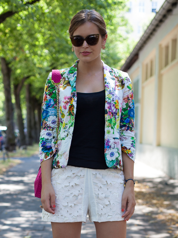 25 Kleidungsstücke – 50 Looks: Outfit 29 – Hallhuber Blumenblazer + Tom Tailor Top + Kaviar Gauche for Zalando Collection Spitzenshorts