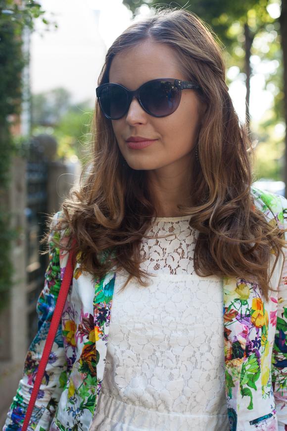 25 Kleidungsstücke – 50 Looks: Outfit 33 – Hallhuber + Blumenblazer + mint&berry Spitzenkleid