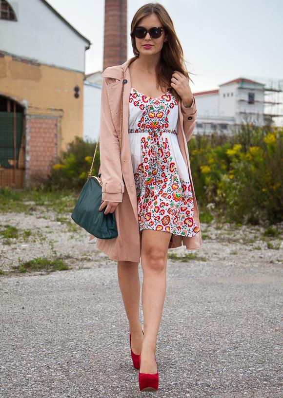 25 Kleidungsstücke – 50 Looks  Outfit 40 – mint berry Trenchcoat + Oasis  Blümchenkleid 7ce469b65b