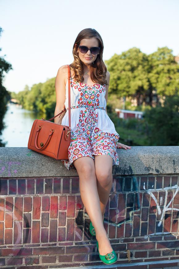 25 Kleidungsstücke – 50 Looks: Outfit 27: Oasis Blümchenkleid