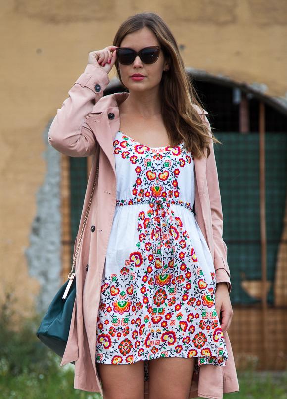 25 Kleidungsstücke – 50 Looks: Outfit 40 – mint&berry Trenchcoat + Oasis Blümchenkleid