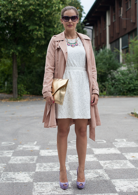 25 Kleidungsstücke – 50 Looks: Outfit 37 – mint&berry Spitzenkleid + mint&berry Trenchcoat