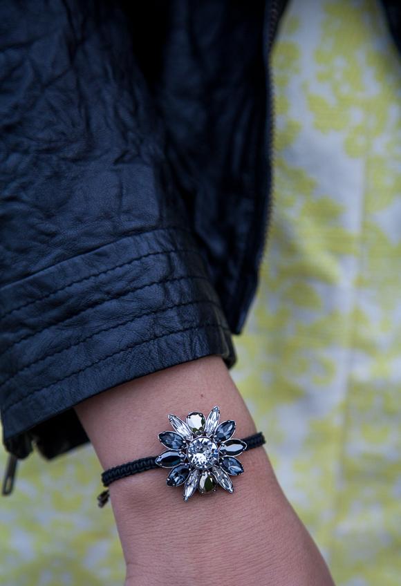25 Kleidungsstücke – 50 Looks: Outfit 41 – Coast Kleid + Conleys Purple Lederjacke