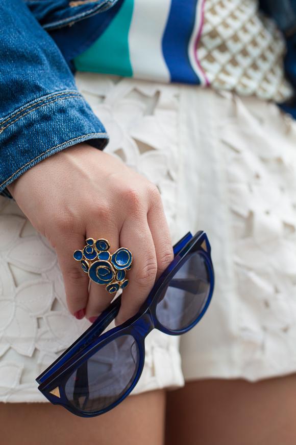 25 Kleidungsstücke – 50 Looks: Outfit 35 – Warehouse Jeansjacke + Schumacher Print-Bluse + Kaviar Gauche for Zalando Collection Spitzenshorts