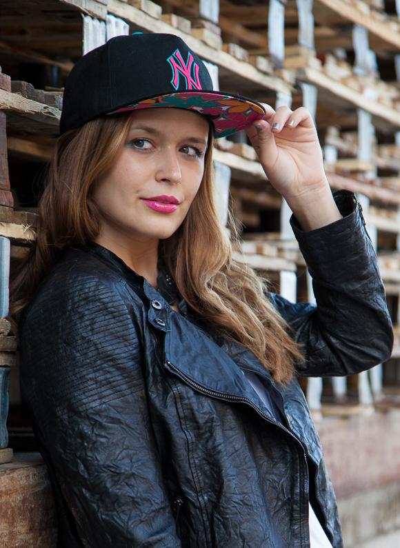 25 Kleidungsstücke – 50 Looks  Outfit 46  Conleys Purple Lederjacke +  Warehouse Tank Top 16448343c8