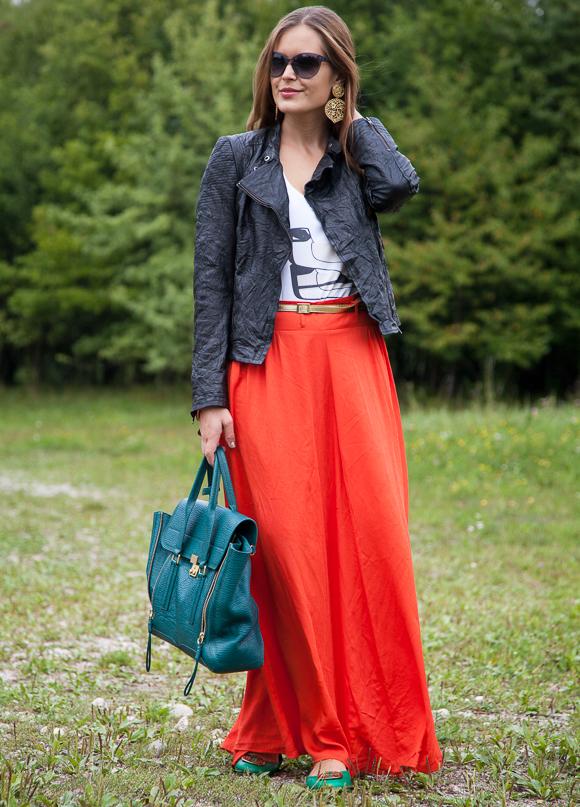 25 Kleidungsstücke – 50 Looks: Outfit 42 – Conleys Purple Lederjacke + Julia Herbich Print-Shirt + C&A Maxirock