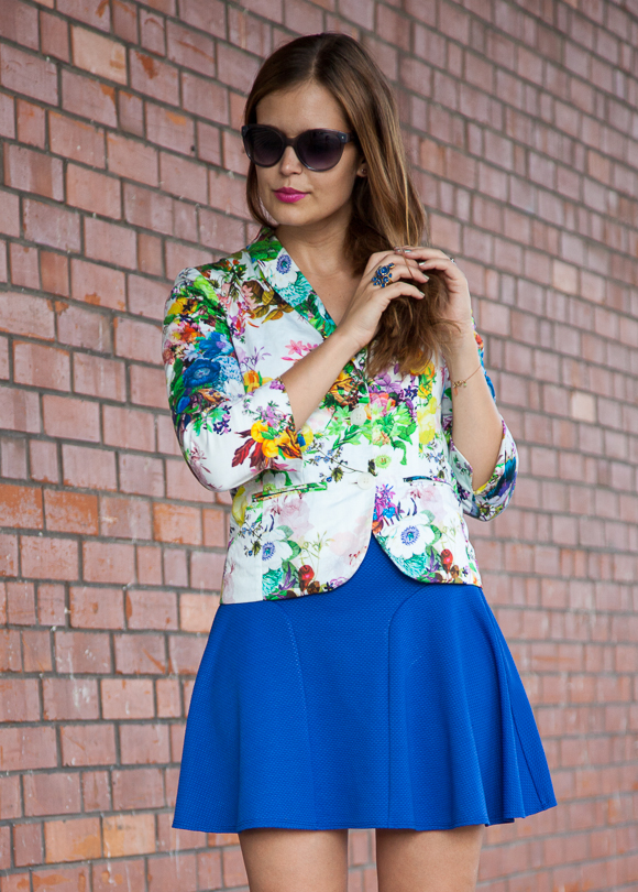 25 Kleidungsstücke – 50 Looks  Outfit 47  Hallhuber Blumenblazer + Asos Rock fcd6a8bf71