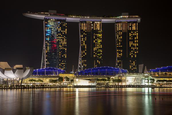 Die Marina Bay in Singapur bei Nacht