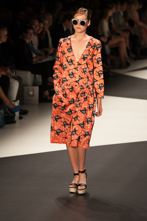 Berlin Fashion Week: Ioana Ciolacu Sommer 2014 Kleid Vögel