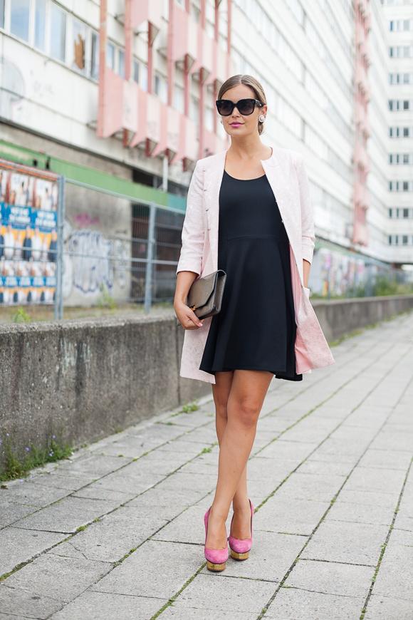 Schwarzes kleid mit blazer kombinieren