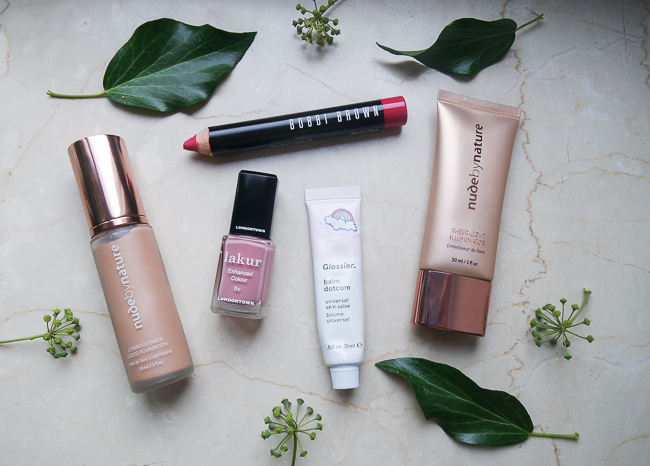 Beauty-Favoriten im Oktober von Nude by Nature, Bobbi Brown, Glossier. und lakur