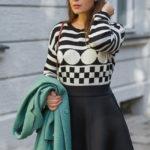 Herbst-Outfit: Schwarz-weiß gemusterter Pullover + ausgestellter Rock + lindgrüner Mantel