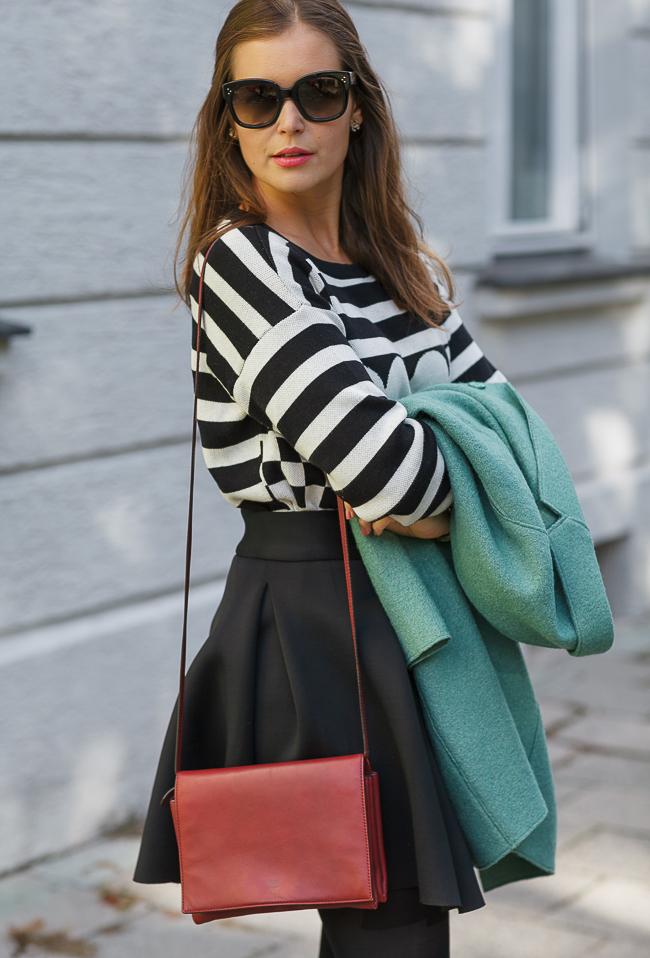 c9bb27b85578 Herbst-Outfit: Schwarz-weiß gemusterter Pullover + ausgestellter ...