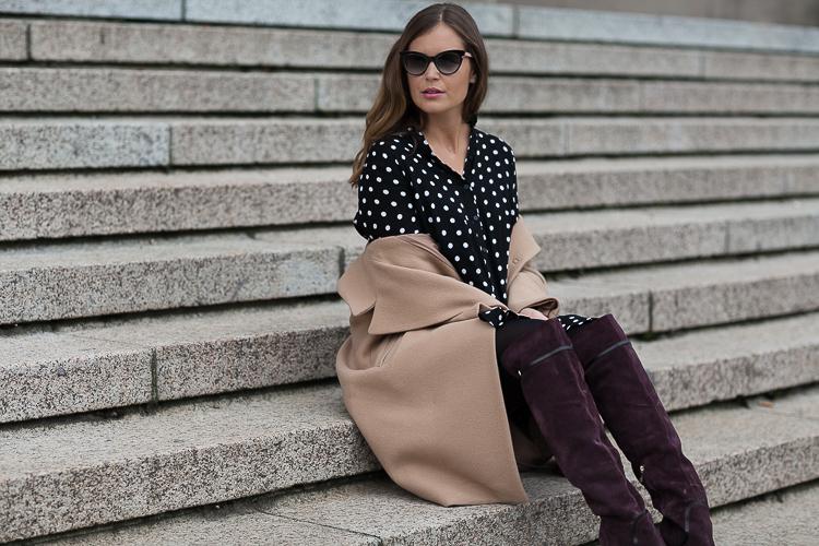 Herbst-Look: Zara-Pünktchenkleid + Hallhuber Oversize-Mantel + Navyboot Overknees