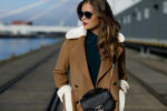 Winter-Look: Hallhuber Strickkleid + Mantel in Lammfell-Optik von mint&berry