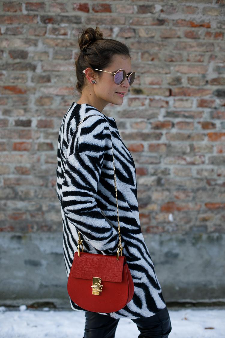 Winter-Outfit: Schwarz-weißer Kurzmantel + Lederhose + Chloé Drew Bag