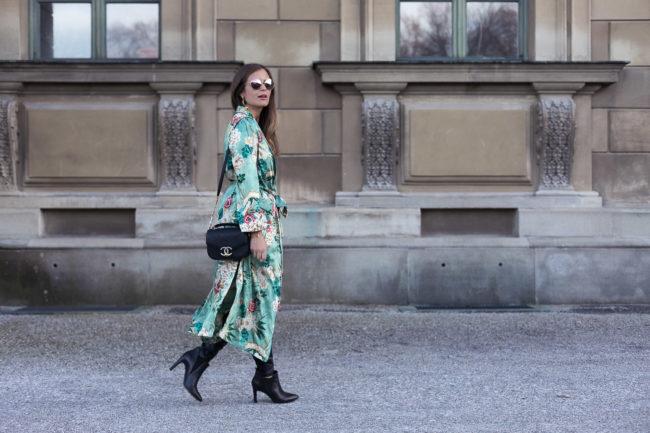 Frühlingsgefühle: Langer Kimono mit Blumenmuster + Lederleggings