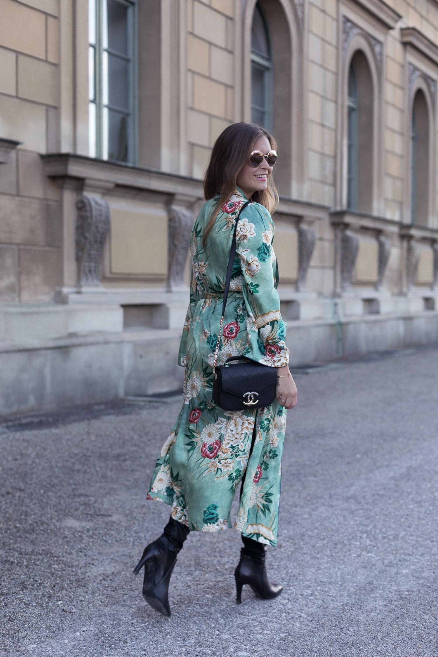 Frühlingsgefühle: <br /> Langer Kimono mit Blumenmuster + Lederleggings