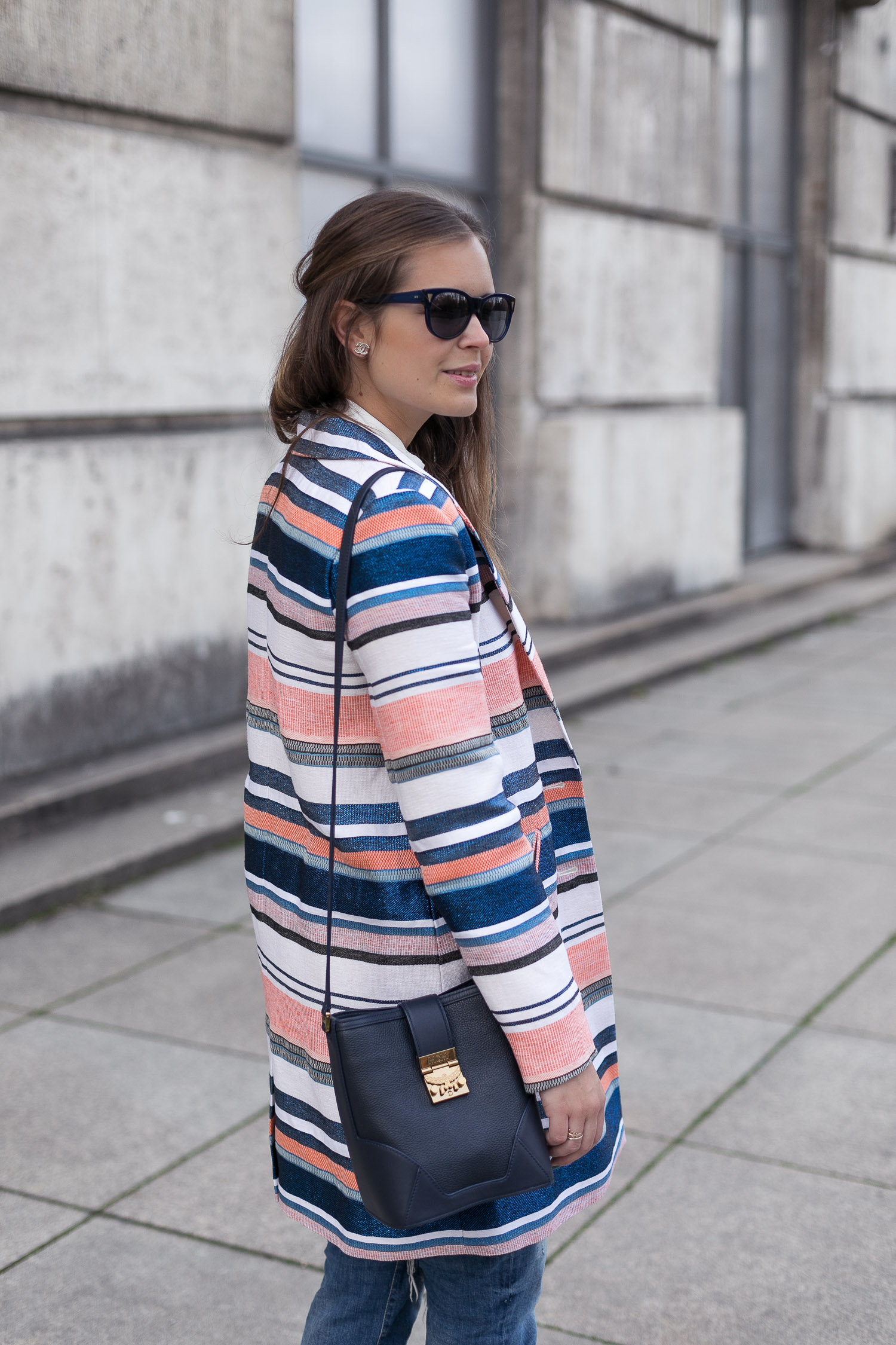Frühlingslook: Mantel von IKKS + Bluse von IVY & OAK + HALLHUBER Boyfriend-Jeans + mint&berry Sandaletten