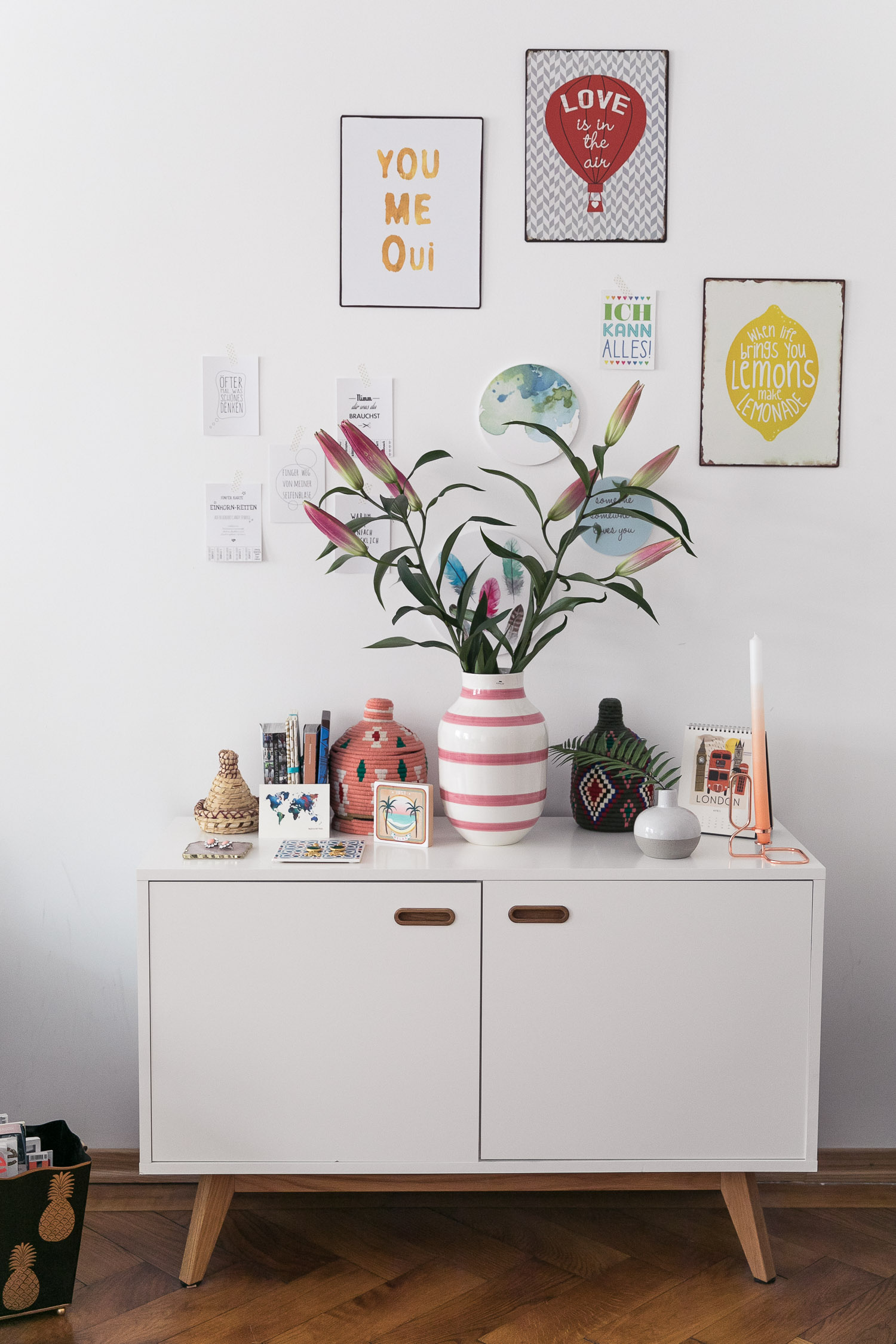 Sideboard Dekoration Styling Blumen Vase Josie Loves