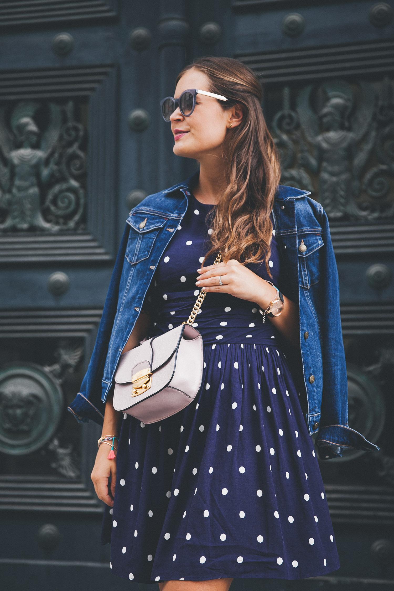 Blaues kleid mit jeansjacke