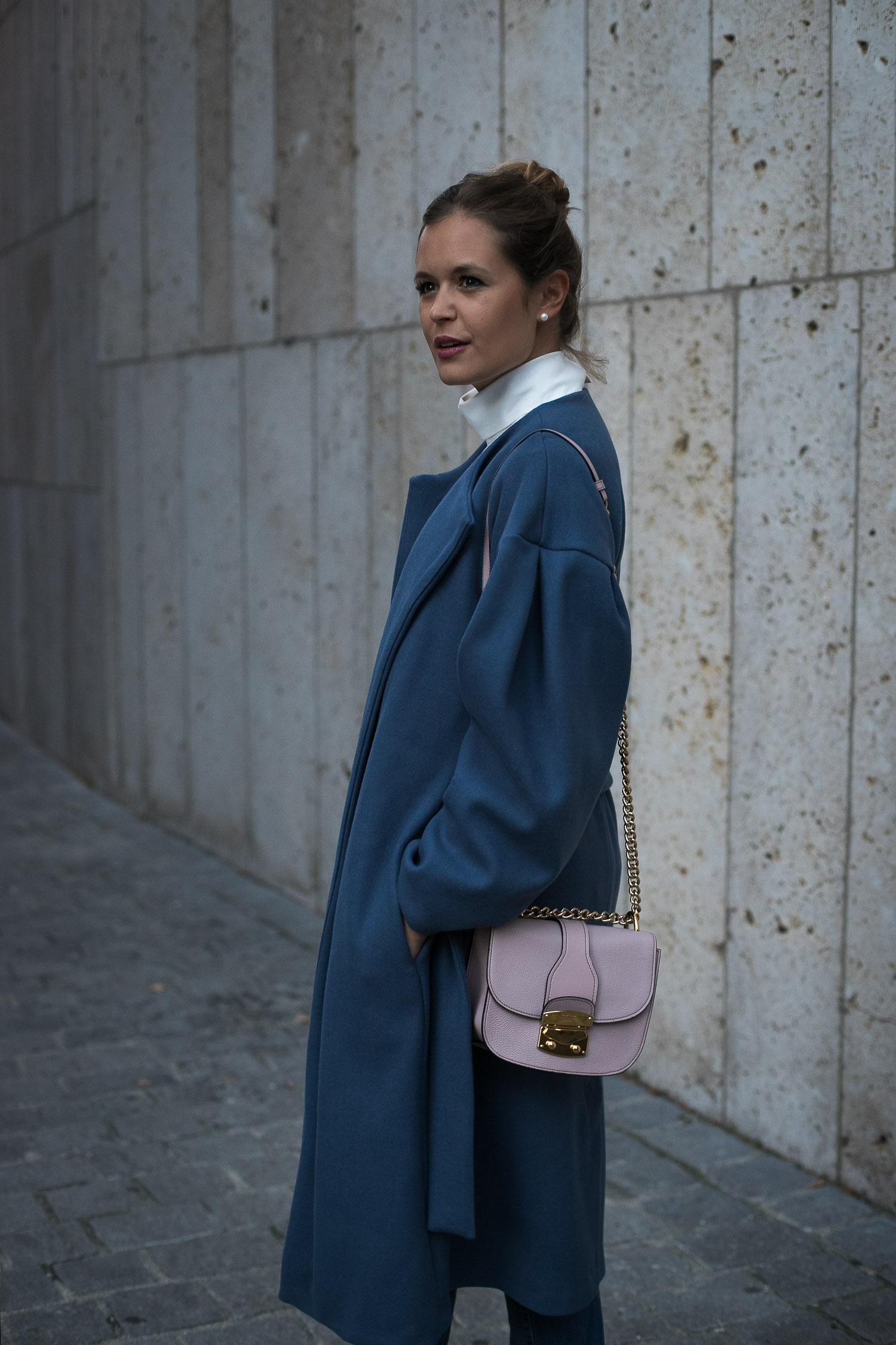 Herbstlook: Blauer MANGO Mantel + mit Perlen besetzte