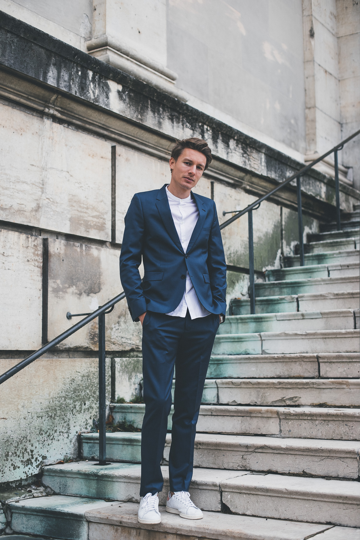 Männerlook: Paul Smith Anzug + COS Hemd + adidas Originals