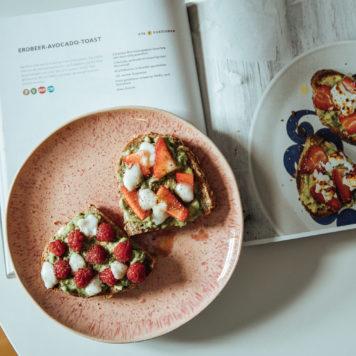 Snack mit Avocado, Erdbeeren und Ziegenkäse