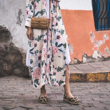 langer Kimono mit Blumenmuster