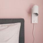 weiße Lampe an rosa Wand