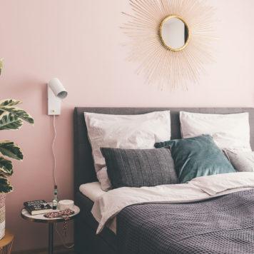 Schlafzimmer im skandinavischen Stil mit rosa Wand
